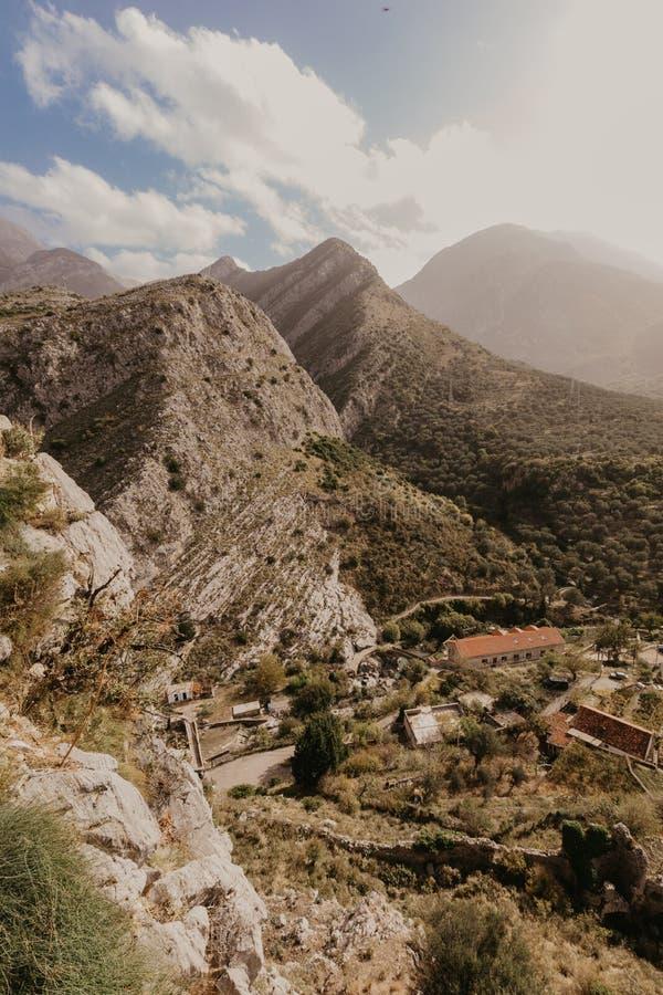 Bergby nära den gamla stången, Montenegro arkivfoto