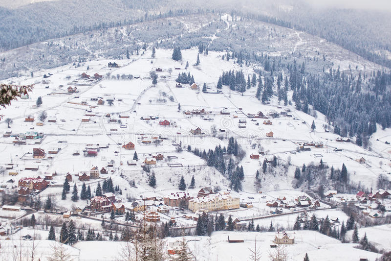 Bergby på lutningarna av de Carpathian bergen i vinter ukraine royaltyfri foto