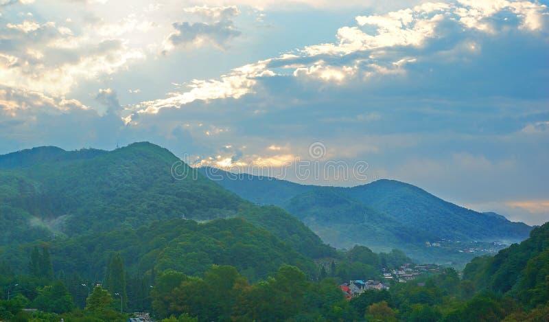 Bergby på solnedgången royaltyfria foton
