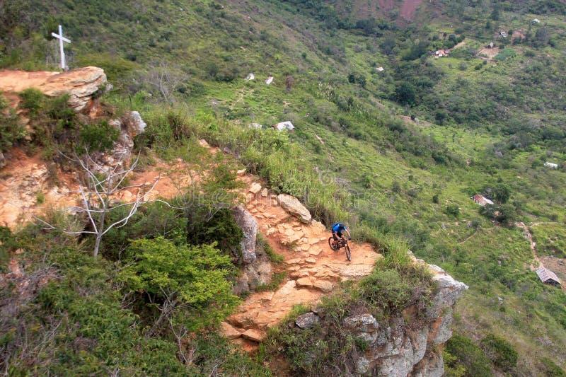 Bergcyklist som ner rider den farliga slingan till den Chicamocha kanjonen, Colombia royaltyfri foto