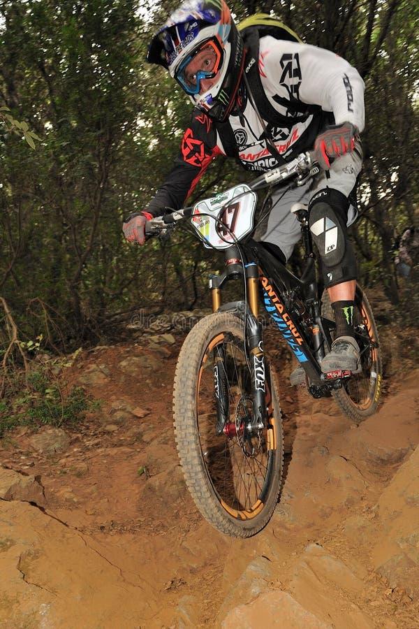 Bergcyklist Steve Peat - Enduro racerbil royaltyfria foton