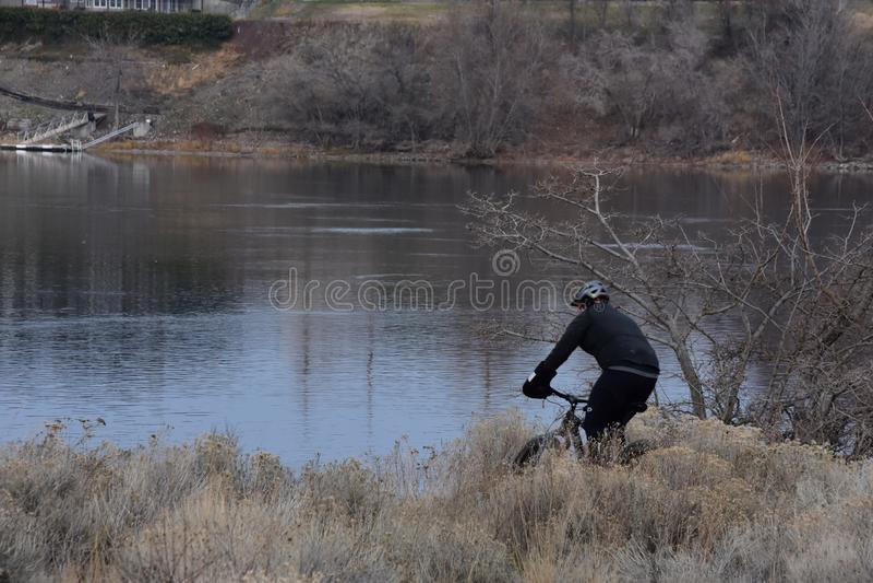 Bergcyklistav-bana cyklist på Columbia punkt, Richland, WA royaltyfria bilder
