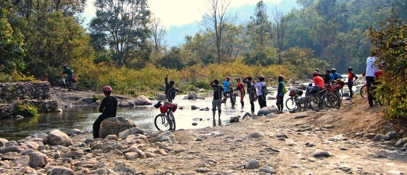 Bergcyklister och liten vik royaltyfria foton