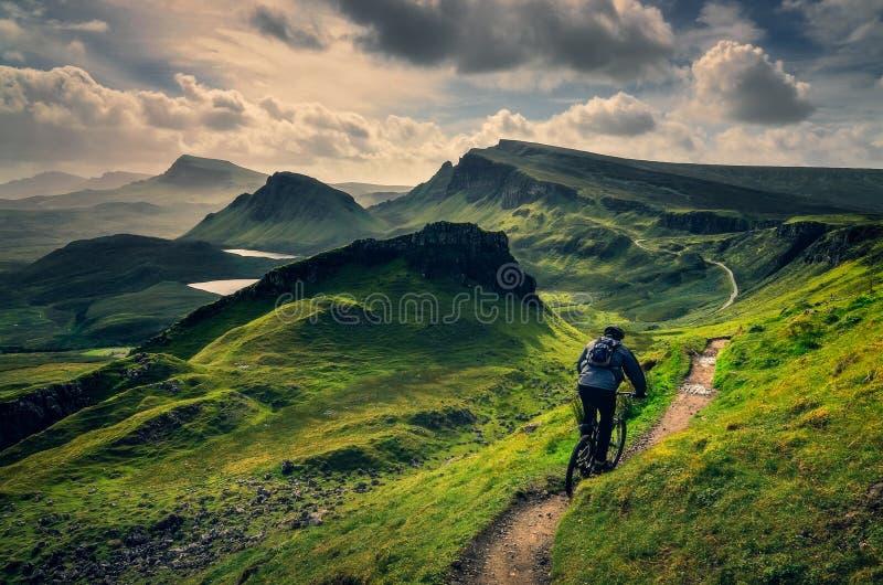 Bergcyklistridning till och med grovt berglandskap av Quiraing, Skottland royaltyfria bilder