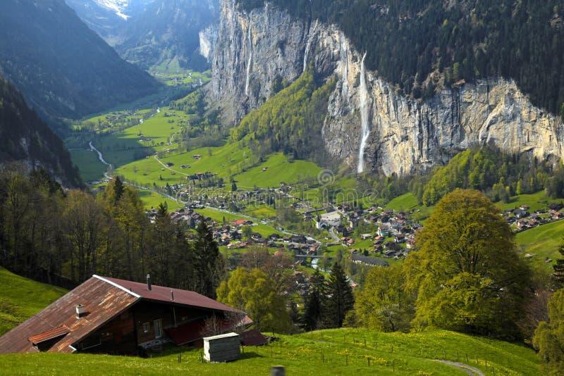Bergdorf in den Alpen, die Schweiz. lizenzfreie stockfotos