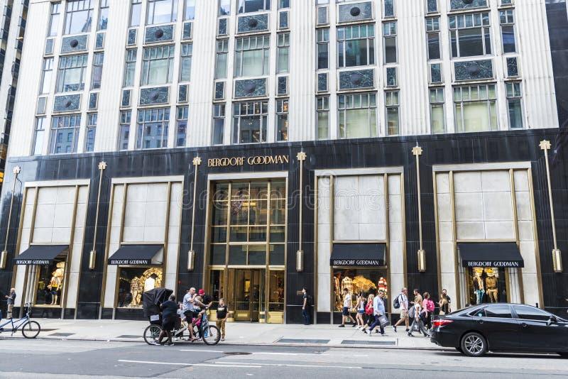 Bergdorf dobry człowiek, luksusowy dom towarowy w Fifth Avenue 5th alei z ludźmi wokoło wewnątrz, zdjęcia stock