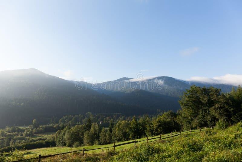 Bergdorflandschaft Ukraine Karpaten Europa, grünes Tal lizenzfreies stockbild