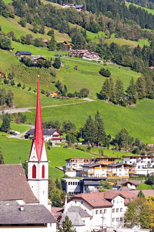 Bergdorp in Alpen stock foto's
