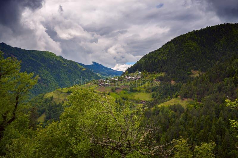 Bergdorp op de hellingen van een schilderachtige vallei royalty-vrije stock foto