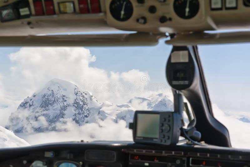 Berge angesehen vom Cockpit lizenzfreie stockfotos