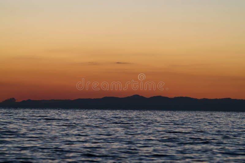 Berge auf dem Meer stockbild