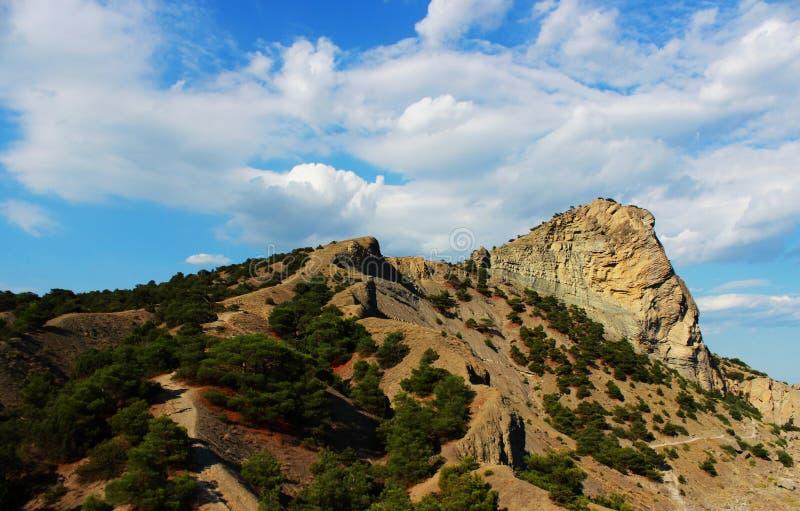 Berge bedeckt mit Gras und Waldsommer, die Republik von Krim interessante Steine einer seltsamen Form infolge vieler stockbilder