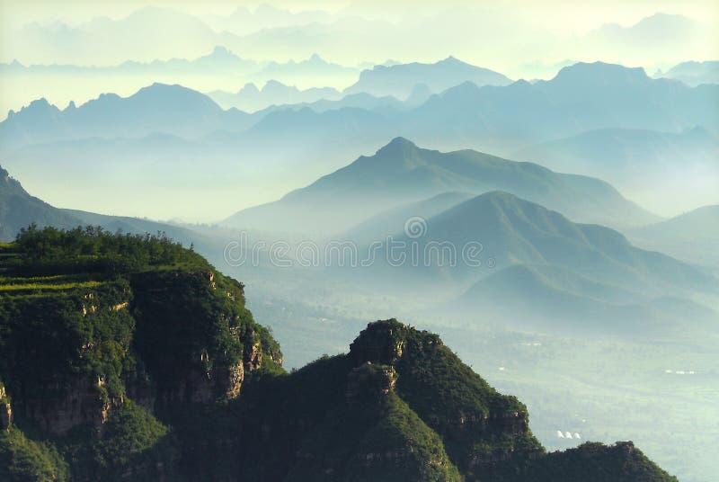 Berge in den Wolken stockbild
