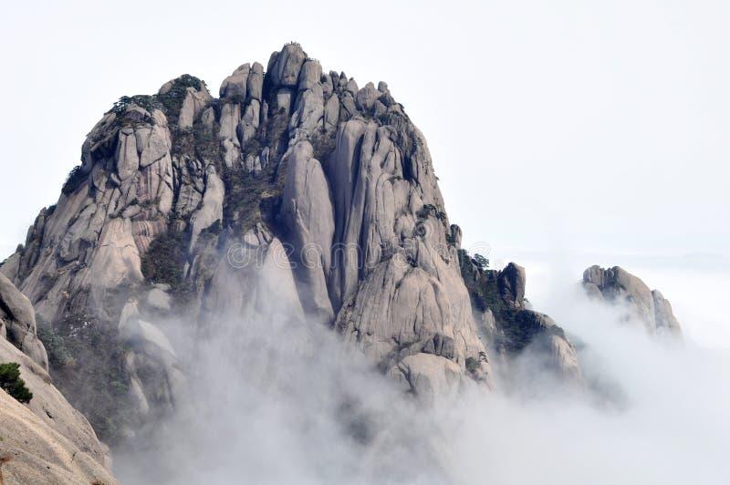 Berge in den Wolken lizenzfreies stockbild