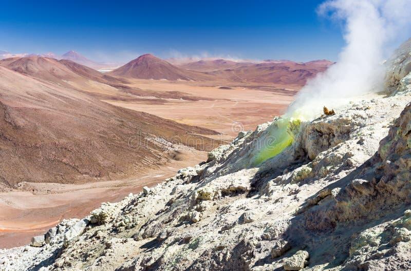Berge des aktiven Vulkans gestalten Salar De Uyuni, Reise Bolivien landschaftlich lizenzfreie stockfotos