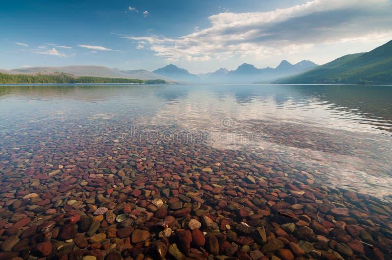 Berge des frühen Morgens durch den See lizenzfreie stockfotos