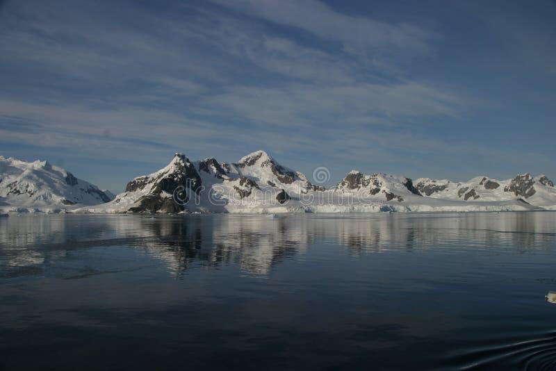 Berge, die über Wasser nachdenken stockbilder