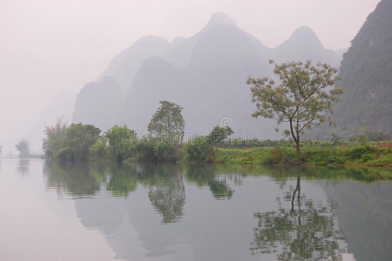 Berge, die im Fluss sich reflektieren lizenzfreie stockfotografie
