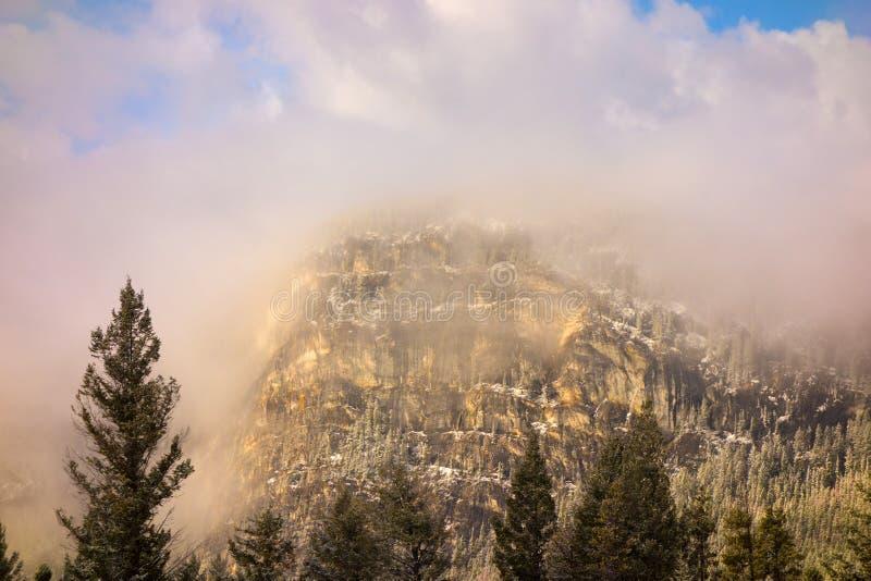 Berge eingehüllt in Morgennebel lizenzfreie stockbilder