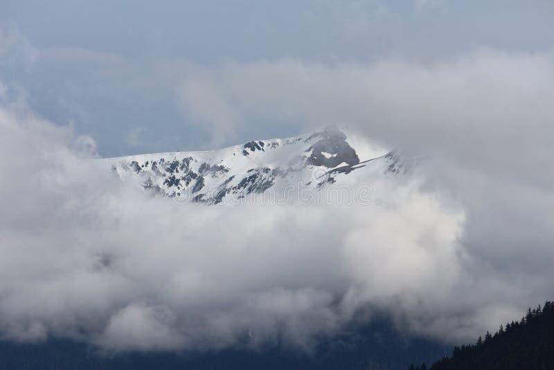 Berge eingehüllt in Wolken lizenzfreie stockbilder