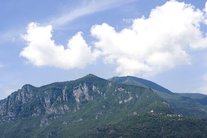 Berge gegen den blauen Himmel Blauer Himmel mit weißen Wolken über den Bergen in Italien stockfotos