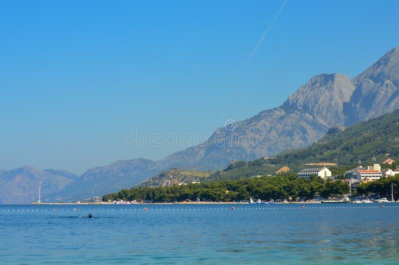 Berge gestalten Ansicht über Strand Makarska Riviera landschaftlich lizenzfreie stockbilder