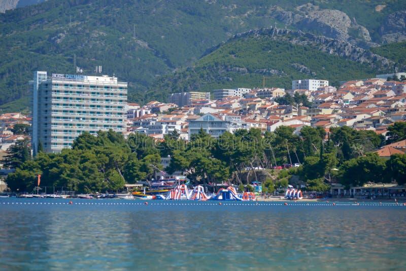 Berge gestalten Ansicht über Strand Makarska Riviera landschaftlich lizenzfreie stockfotos