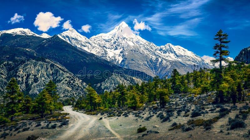 Berge gestalten Ansicht mit geschneiten Spitzen und curvy Straße, Himalaja, Nepal landschaftlich stockbild