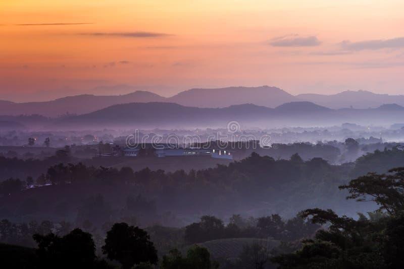 Berge gestalten mit Sonnenaufgang in der Dämmerung bei Nord-Thailand landschaftlich lizenzfreie stockfotografie