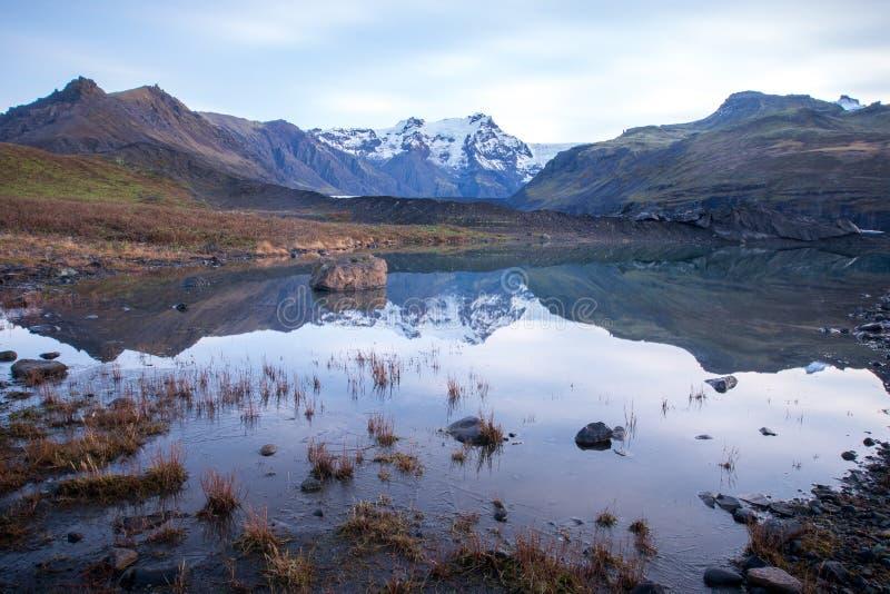 Berge, Gletscher und Glazial- See Morsarlon in Nationalpark Island Skaftafell Landschaftsüdlicher Island-Sonnenuntergang und -son stockbild