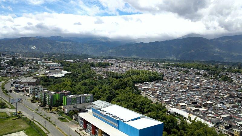 Download Berge hinter der Stadt stockfoto. Bild von straßen, wolken - 96928696