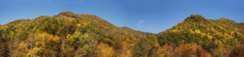 Berge im Herbst-Panorama lizenzfreies stockfoto
