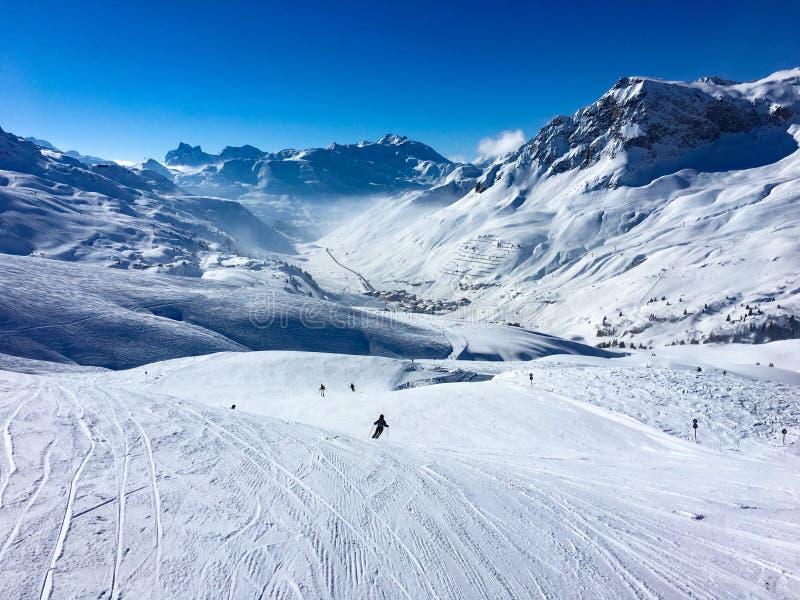Berge im Schnee mit Skifahrer stockfoto