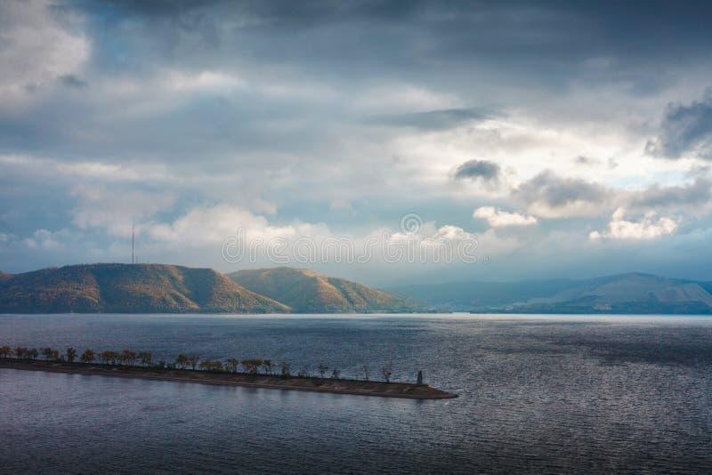 Berge im Strahlnbrechen lizenzfreie stockfotografie