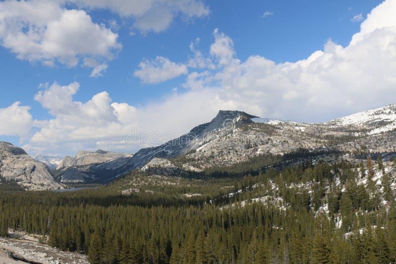 Berge mit blauem Himmel im Frühjahr stockfotos