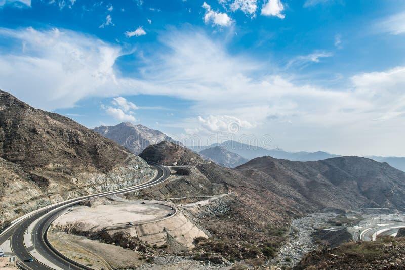 Berge mit blauem Himmel in Saudi-Arabien lizenzfreie stockfotos