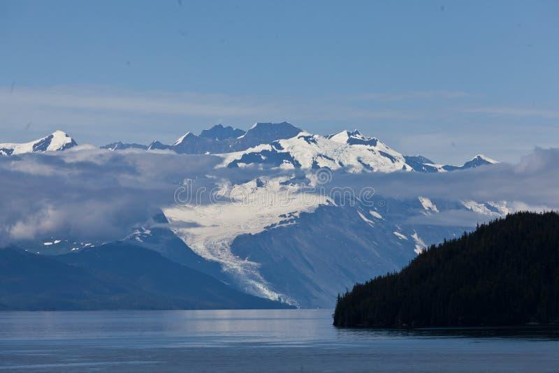 Berge mit Wolke im College-Fjord stockbild