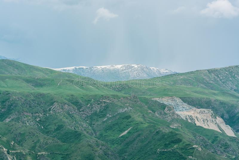 Berge mit Wolken im Fr?hjahr Natur ?Tekeli ? Alatau-Berge kazakhstan stockbilder