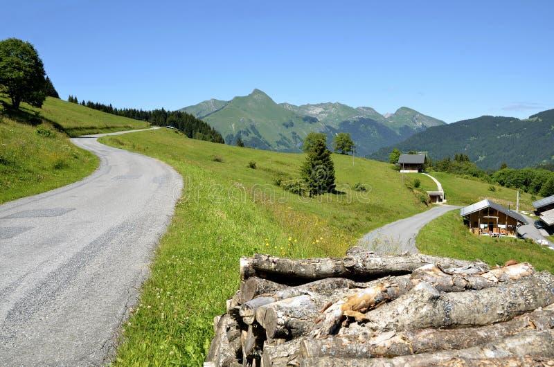 Berge nähern sich Morzine in Frankreich stockfotos