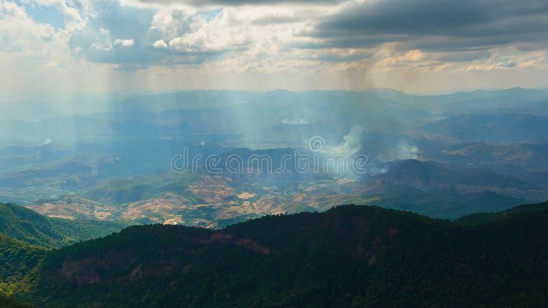 Berge in Nord-Thailand lizenzfreie stockfotografie