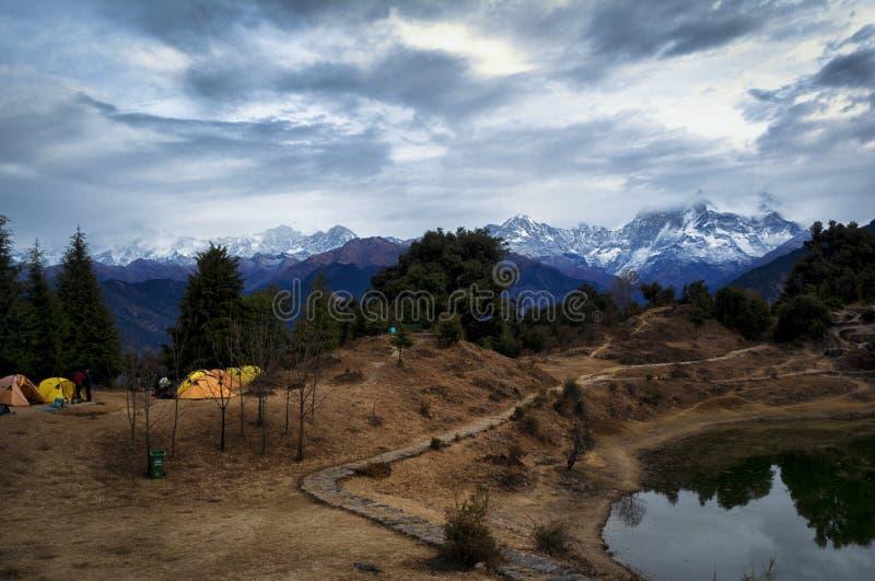 Berge, Seen und Zelte lizenzfreie stockfotos