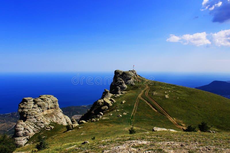 Berge teilweise bedeckt mit Gras Sommer, die Republik von Krim interessante Steine einer seltsamen Form infolge vieler lizenzfreies stockbild