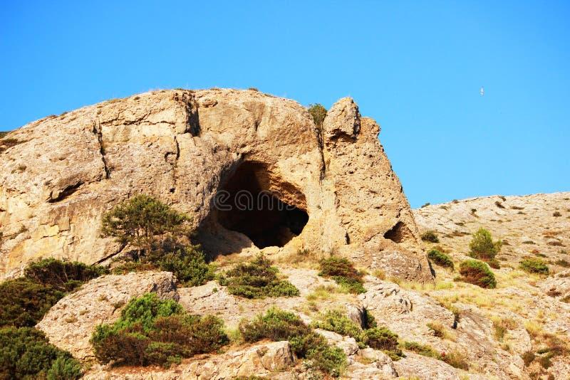 Berge teilweise bedeckt mit Waldsommer, die Republik von Krim Grotte von Aeolus die Harfe und eine einzige Möve schweben stockbilder