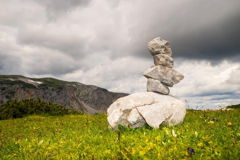 Berge und balancierende Steine stockfotos