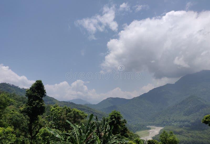 Berge und der Fluss lizenzfreies stockbild