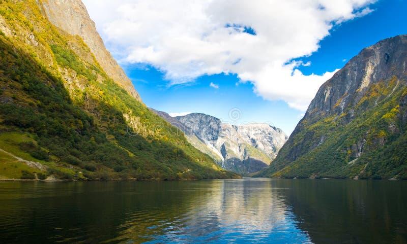 Berge und Fjord in Norwegen lizenzfreies stockfoto