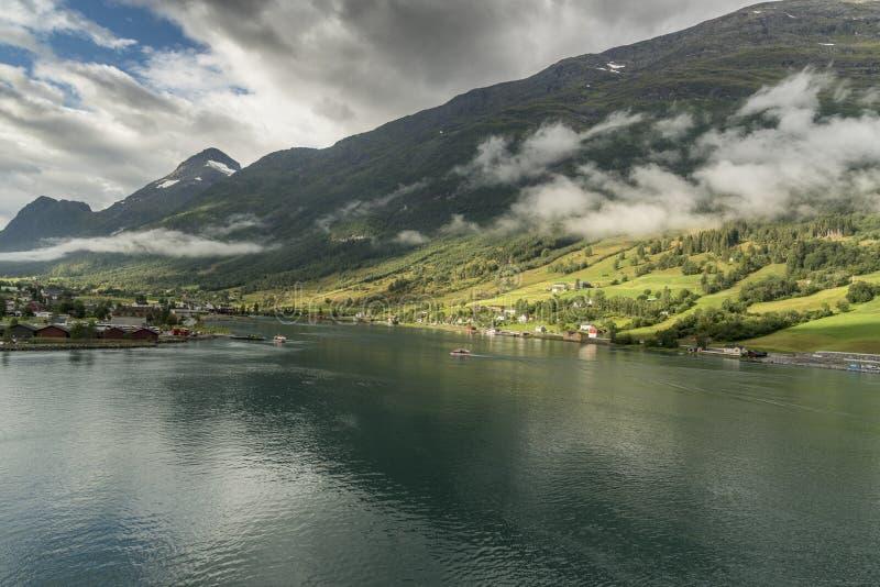 Berge und Fjord umgebendes altes Norwegen lizenzfreie stockfotografie