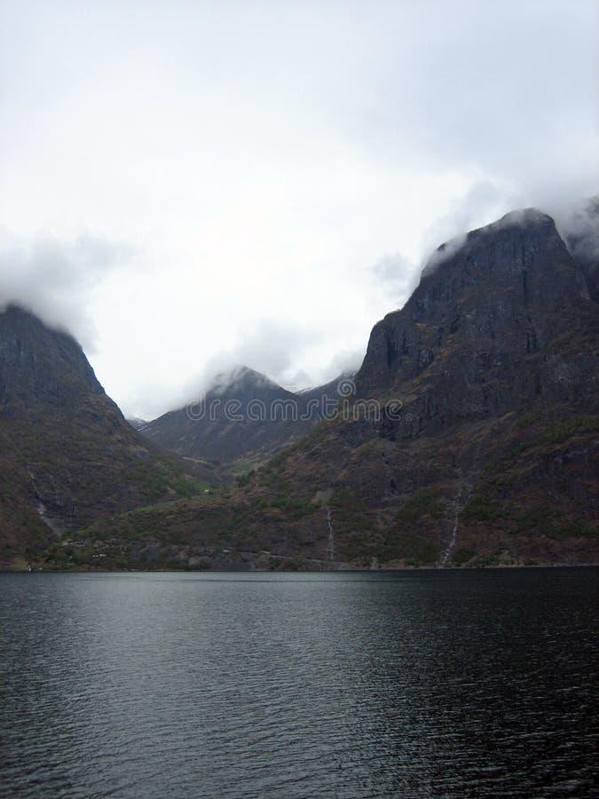 Berge und Fjorde in Norwegen mit niedrigen Wolken stockfoto