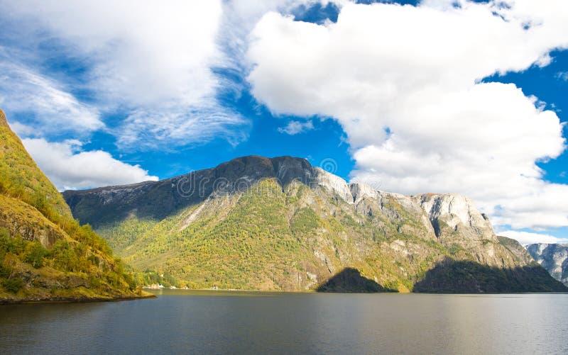 Berge und Fjorde - norwegische Landschaft lizenzfreie stockfotografie