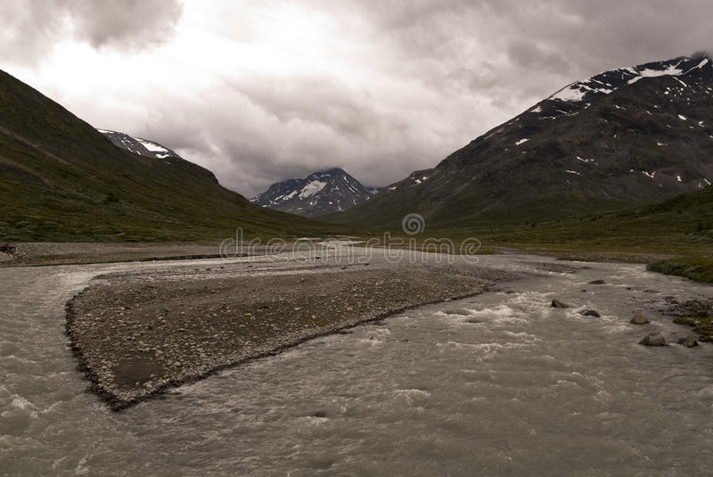 Berge und Fluss lizenzfreie stockbilder
